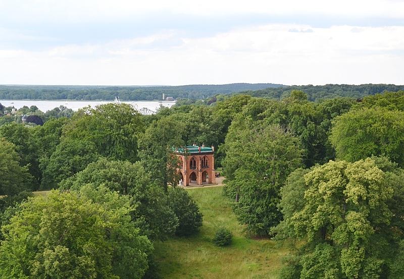 Park Babelsberg, Blick vom Flatowturm auf die Gerichtslaube