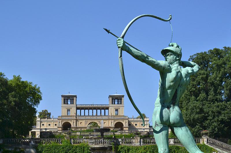 Sanssoucci, Bogenschütze von Ernst Moritz Geyger vor dem Orangerieschloss