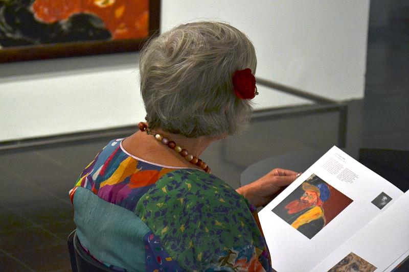 Hamburger Kunsthalle, Besucherin in R.B. Kitaj-Ausstellung