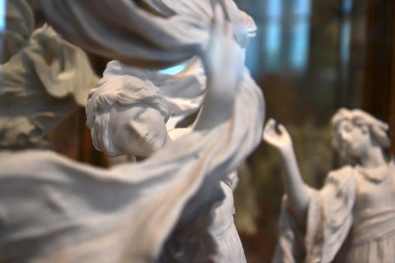 """Museum für Kunst und Gewerbe, Hamburg, Jugendstil, Tafelaufsatz """"Le Jeu de 'écharpe"""" von Agathon Léonard"""