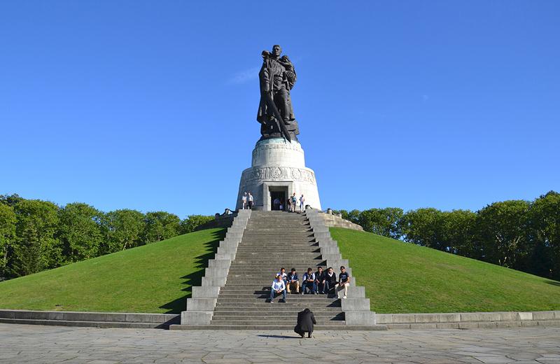 Der Befreier von Jewgeni Wutschetitsch, Sowjetisches Ehrenmal, Berlin Treptow Park