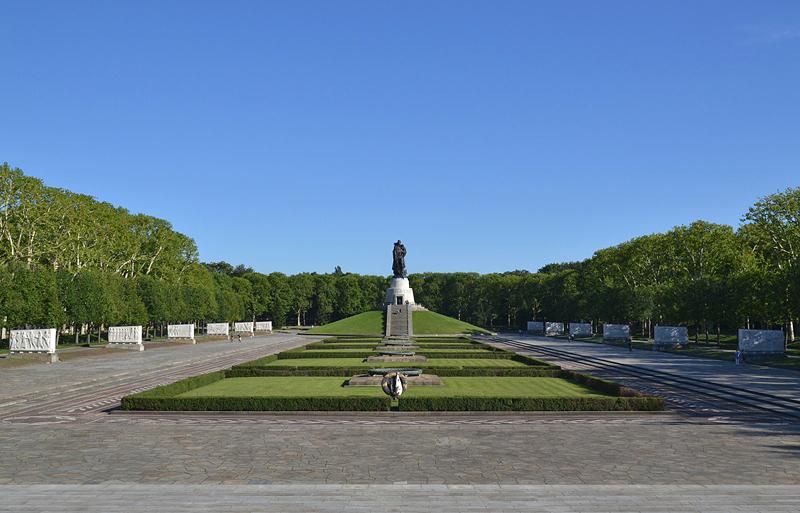 Sowjetisches Ehrenmal, Berlin Treptow Park, Mittelachse