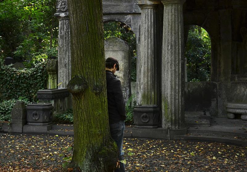 Jüdischer Friedhof Berlin Weißensee, Besucher vor Grabmal