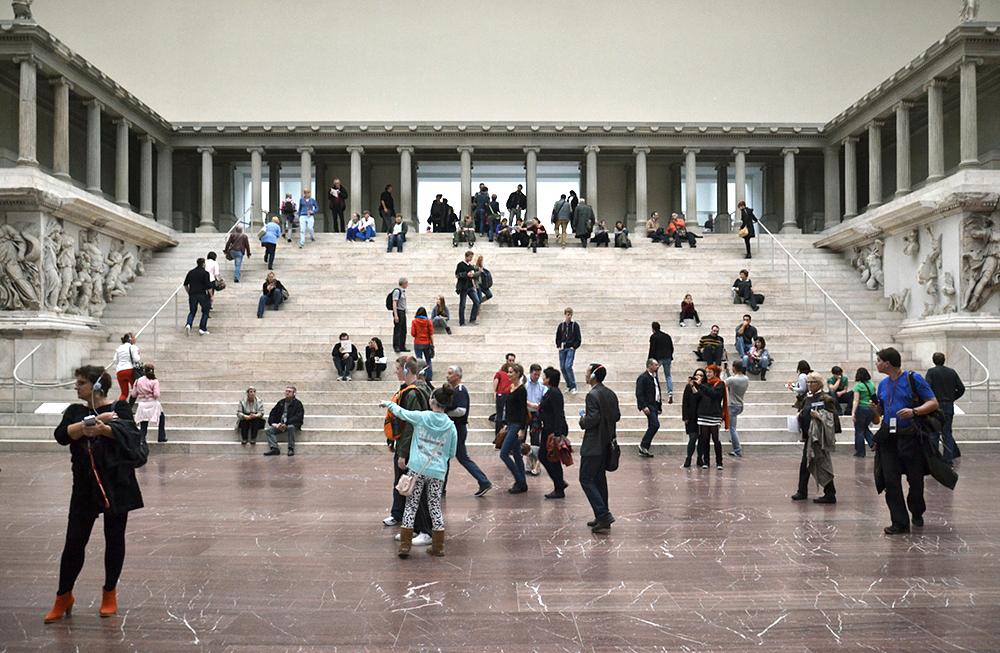 Pergamonmuseum, Altarsaal, Pergamonaltar, Besucher, Treppe