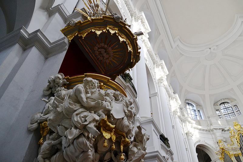 Dresden, barocke Kanzel von Balthasar Permoser in der katholischen Hofkirche