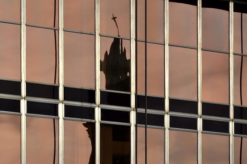 Dresden, Spiegelung der Kreuzkirche im Kulturpalast