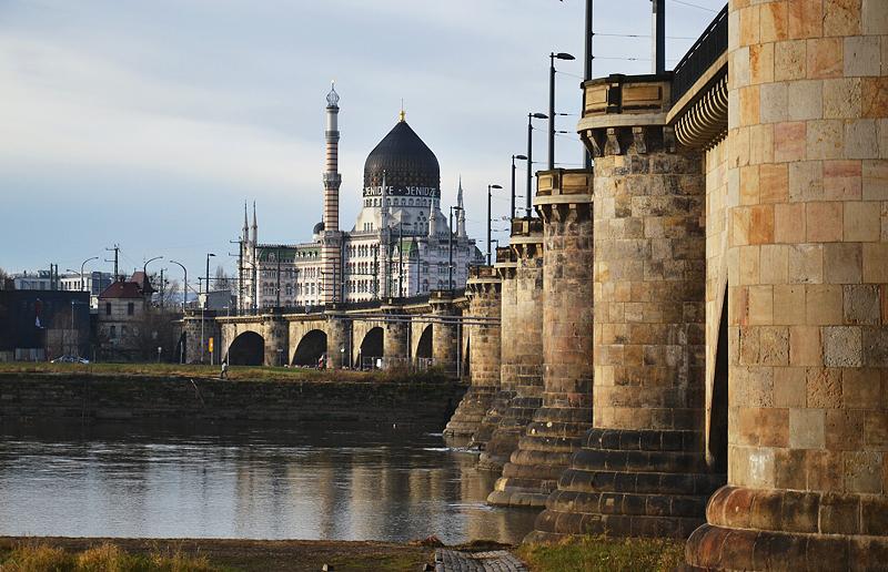 Dresden, ehemalige Zigarettenfabrik Yenidze und Marienbrücke
