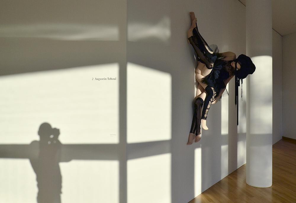 Museum Angewandte Kunst, Frankfurt, Installation von Augustin Teboul (Ausstellung Draußen im Dunkel. Jenseits der Mode)