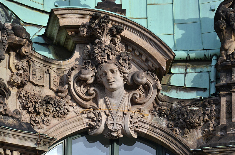 Zwinger Dresden, Skulptur, Kartusche mit Kopf am Wallpavillon