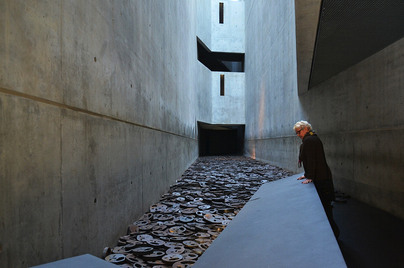 """Jüdisches Museum Berlin, Installation """"Schalachet"""" von Menashe Kalishman in der Leerstelle des Gedenkens"""