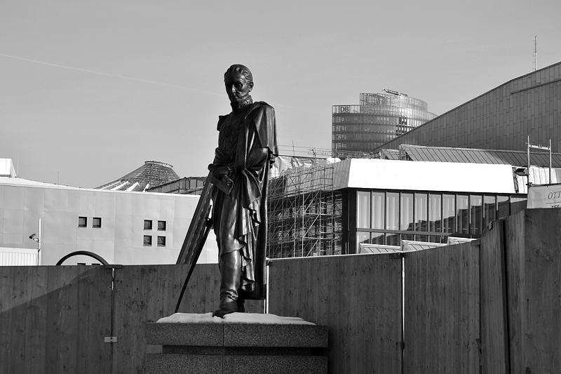 Statue von Simon Moivar vor dem Ibero-Amerikanischen Institut Berlin