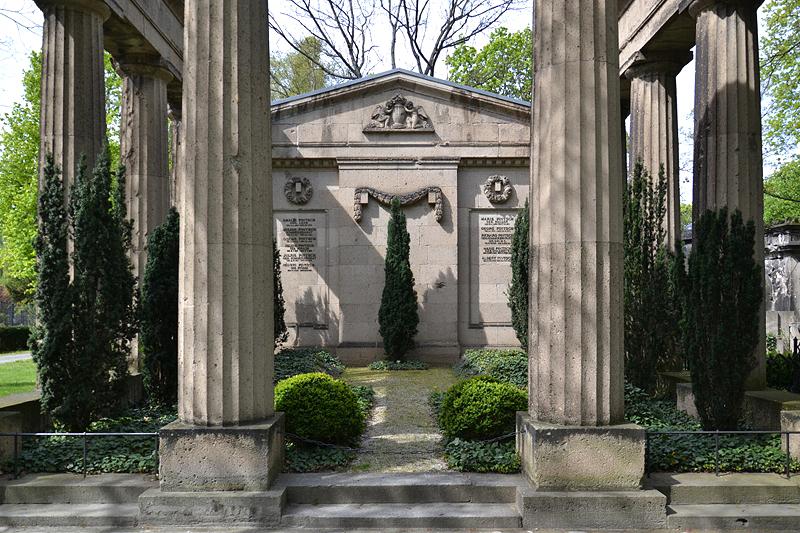 Friedhof I der Georgen-Parochialgemeinde, Berlin Greifswalder Straße, Grabmal Pintsch