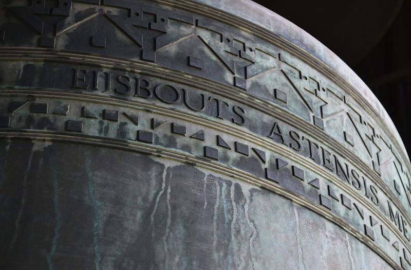 Die größte Glocke des Berliner Carillons
