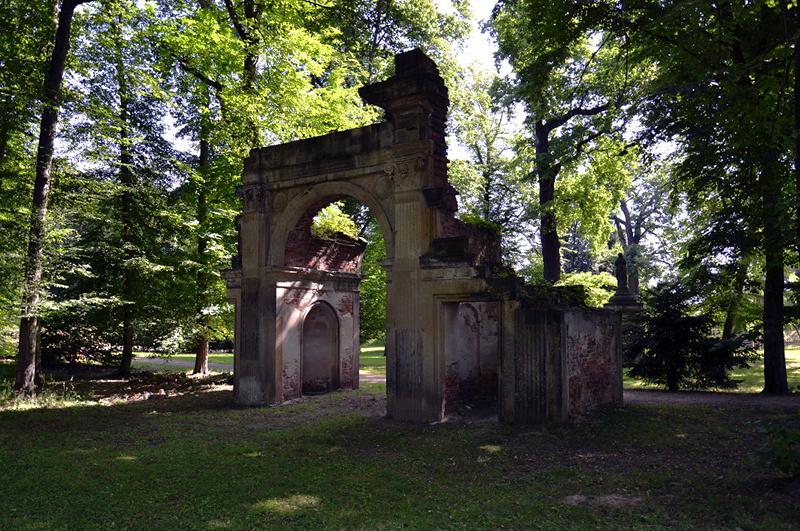 Ruinenbogen im Park Luisium