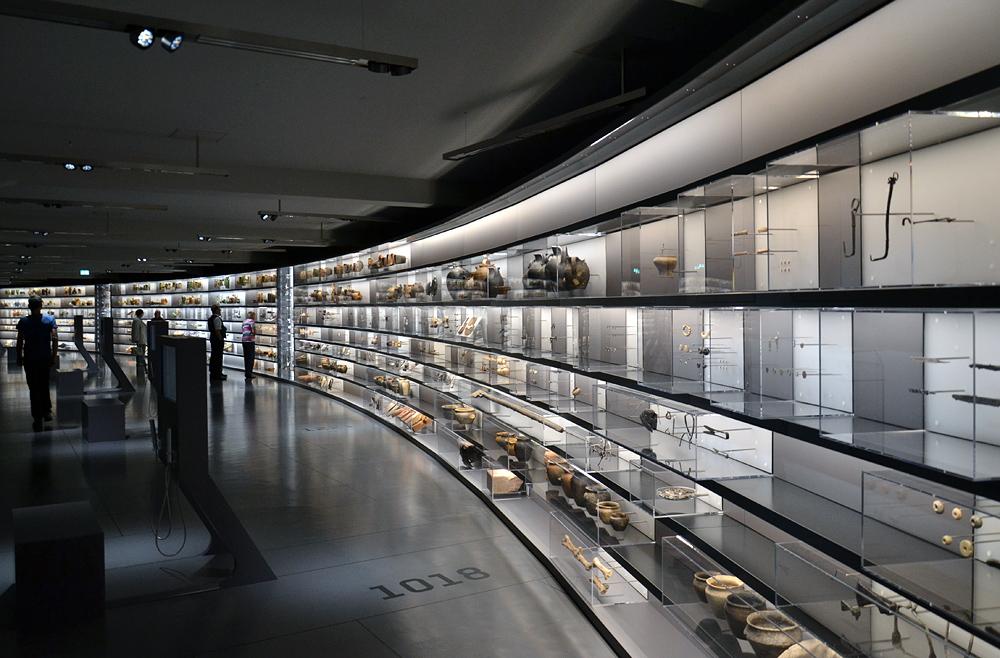 Archäogisches Museum Chemnitz, Vitrinenwand