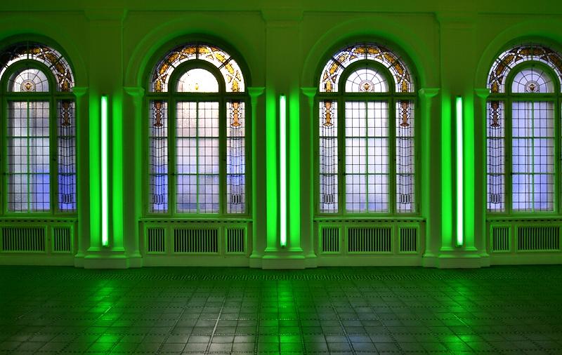 Hamburger Bahnhof, Berlin, Historischer Seitenflügel mit Lichtinstallation von Dan Flavin