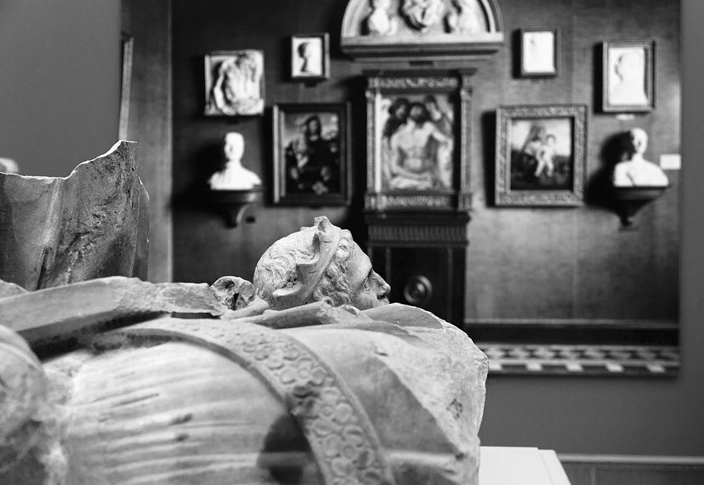 Bode-Museum, Ausstellung Das verschwundene Museum, Fragmente einer Engelfigur; gekrönter Kopf