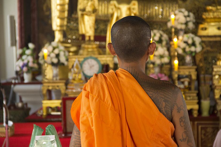 Bangkok, Wat Ratchanatdaram, Mönch mit Tattoos