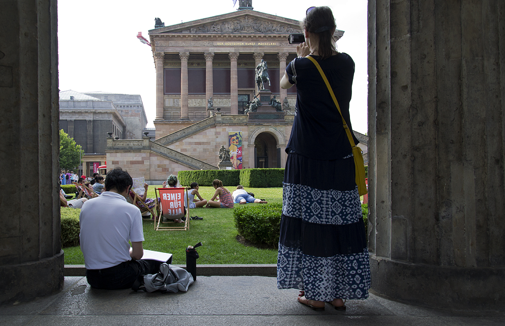 Zeichner vor der Alten Nationalgalerie