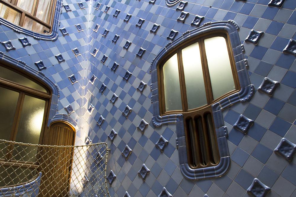 Barcelona, Casa Batlló von Antoni Gaudi, Lichthof und Treppenhaus