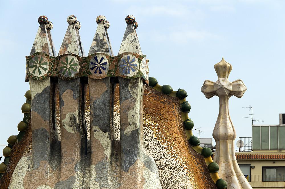Barcelona, Casa Batlló von Antoni Gaudi, Schornsteine auf der Dachterrasse