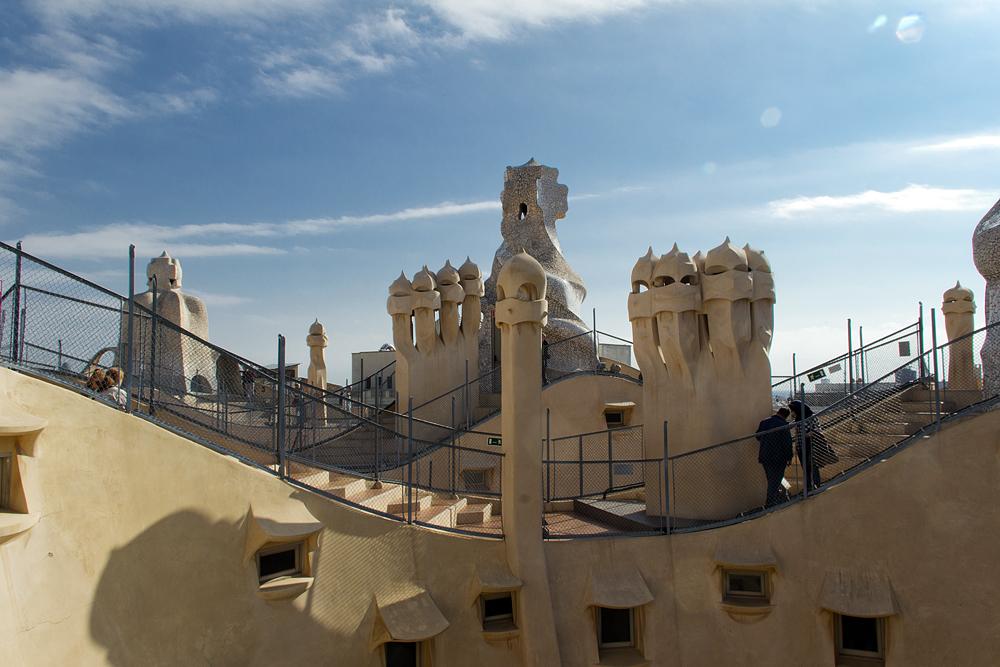 Barcelona, Casa Milà, La Pedrera, Antoni Gaudí, Dach und Schornsteine