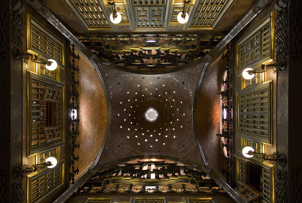 Barcelona, Palau Güell, Antoni Gaudi, Decke des zentralen Salons