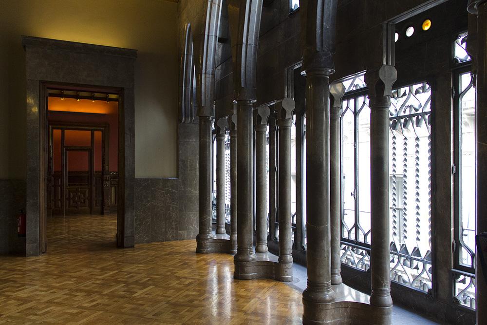 Barcelona, Palau Güell, Antoni Gaudi, Fenster im Saal der verlorenen Schritte