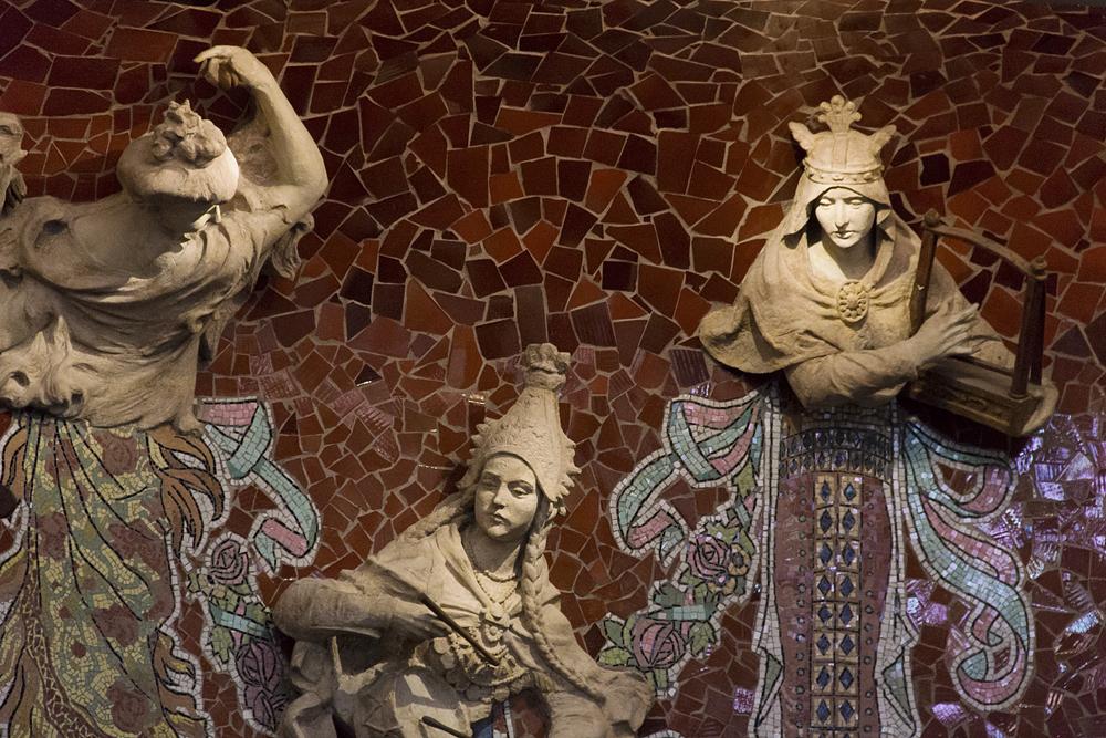 Barcelona, Palau de la Música Catalana, Musen von Eusebi Arnau an der Bühnenrückwand