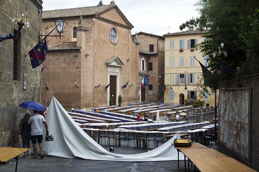 Siena, Palio, Vorbereitung zum Abendessen nach der Hauptprobe