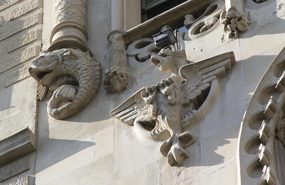 Barcelona, Casa Lleó i Morera von Lluís Domènech i Montaner, Skulpturen an der Fassade