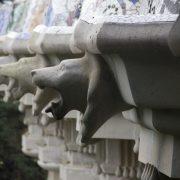 Barcelona, Park Güell, Tierköpfe an der Säulenhalle