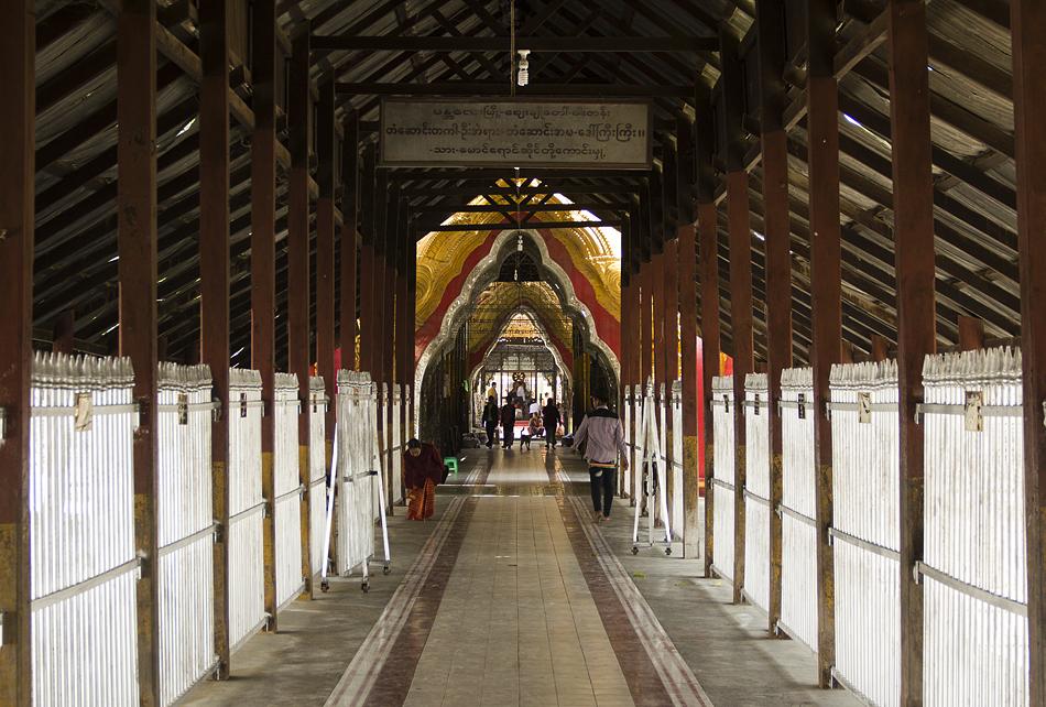 Mandalay, Eingang zur Kuthodaw-Pagode