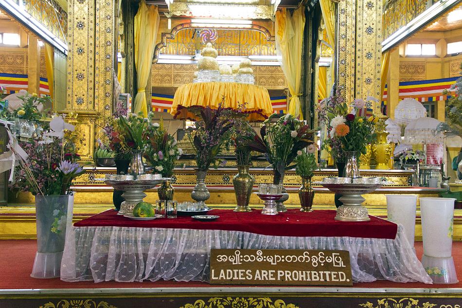 Myanmar, Inle-See, Buddha-Figure, Ladies are prohibited