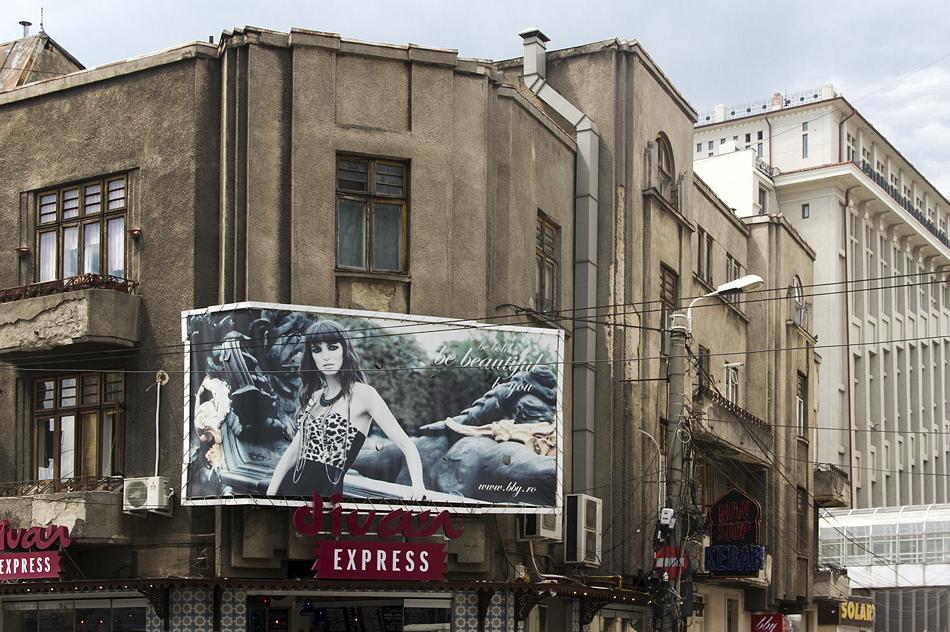 Bukarest, Architektur, Billboard at Bulevardul Dacia