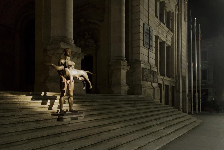 """Bukarest, Nacht, Skulptur """"Trajan und die Wölfin"""" von Vasile Gorduz vor dem Muzeul Național de Istorie a României"""