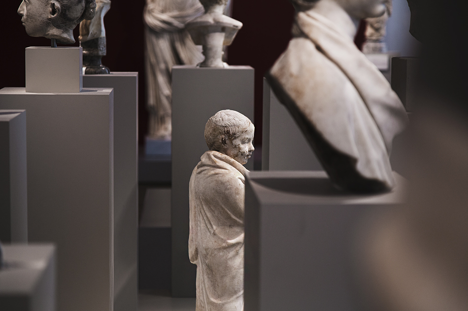 Museumsinsel Berlin, Altes Museum, Knabe im Mantel