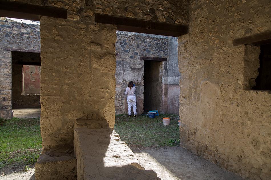 Pompei, Via dell'Abbondanza, Restaurer
