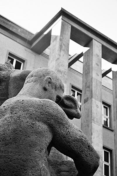 Fabian Fröhlich, Kassel, Vorderer Westen, Rossebändiger vor dem Bundessozialgericht