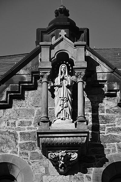 n Fröhlich, Kassel, Vorderer Westen, Madonnenfigur an der Rosenkranzkirche