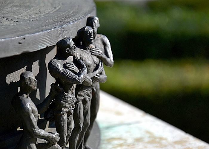 """Fabian Fröhlich, Kassel, Sockel der Skulptur """"Herkules, einen Obelisken tragend"""" am Ständeplatz"""