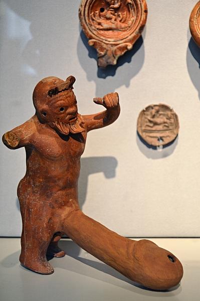 Fabian Fröhlich, Berlin, Altes Museum, Figur mit Phallus