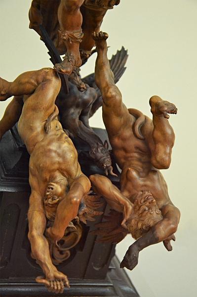 Fabian Fröhlich, Berlin, Skulpturensammlung, Bode-Museum, Höllensturz am Sockel einer Statue des Erzengels Michael
