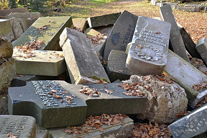 Fabian Fröhlich, Kassel, Hauptfriedhof, Aussortierte Grabsteine