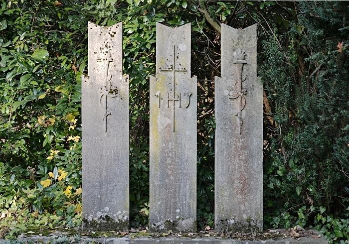 Fabian Fröhlich, Kassel, Hauptfriedhof, drei Grabsteine