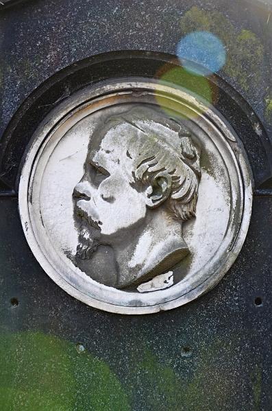 Fabian Fröhlich, Kassel, Hauptfriedhof, medallion