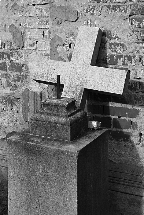 Fabian Fröhlich, Berlin, Friedhöfe am Halleschen Tor, Abgefallenes Grabkreuz