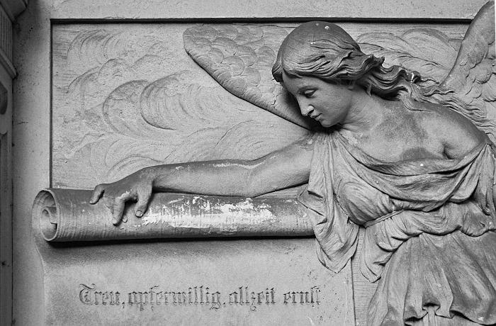 Fabian Fröhlich, Berlin, Friedhöfe am Halleschen Tor, Engel mit Schriftrolle
