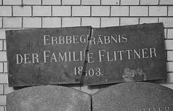 Fabian Fröhlich, Berlin, Friedhöfe am Halleschen Tor, zerbrochene Grabplatte