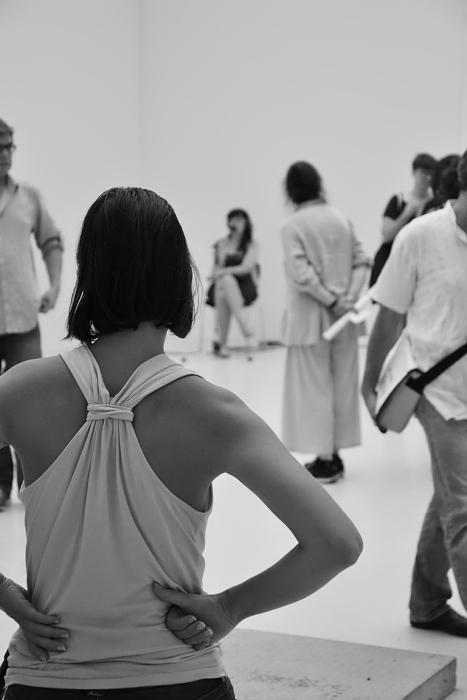 Rosella Biscotti in ihrem Raum in der Neuen Galerie, documenta 13, Besucher, Kassel, Fabian Fröhlich
